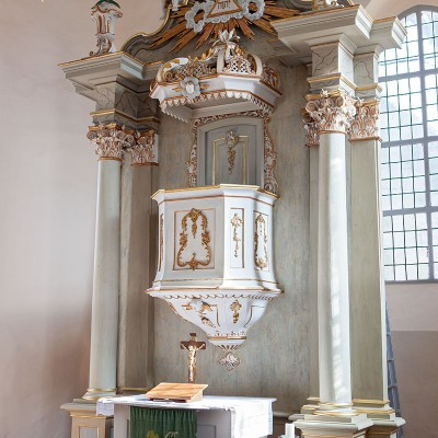 St. Lambertus-Kirche in Brück - Altar und Kanzel