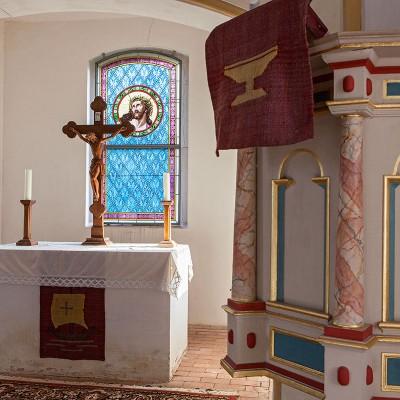 Die Kirche in Gömnigk - Altar und Kanzel
