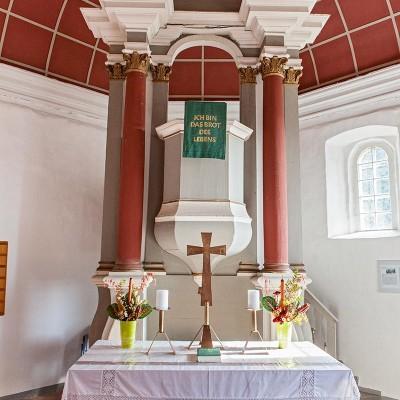 Die Kirche in Neuendorf - Altar und Kanzel
