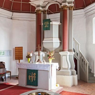 Die Kirche in Neuendorf - Taufbecken, Altar und Kanzel
