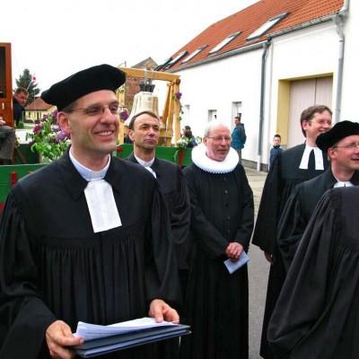 Pastor Kautz mit Orgel, Kollegen und Jesus-ruft-Glocke