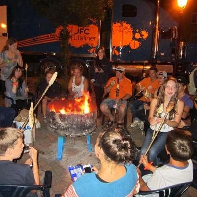 Stockbrot am Feuer bei der Jugendwoche mit Jfc-Truck
