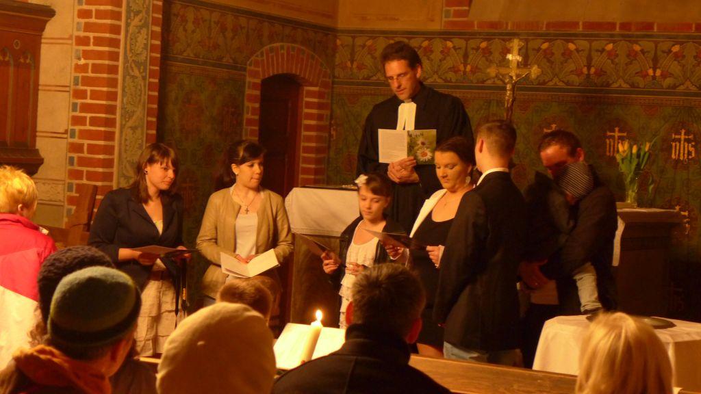 Osternacht - die Täuflige lesen ihre Taufsprüche