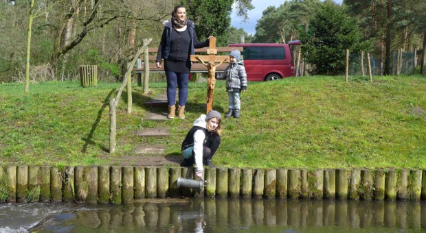 Familie Schröder schöpft Taufwasser für die Osternacht