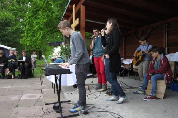 Jugendband mit getauschten Schuhen - Gemeindefest 2014