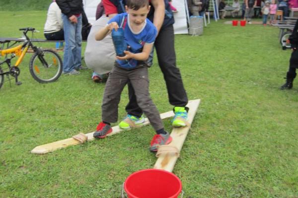 Stiefelwasserwettkampf mit Eimer - Gemeindefest 2014