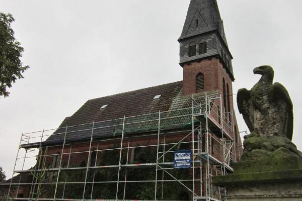Kirche Trebitz mit Baugerüst und Adler