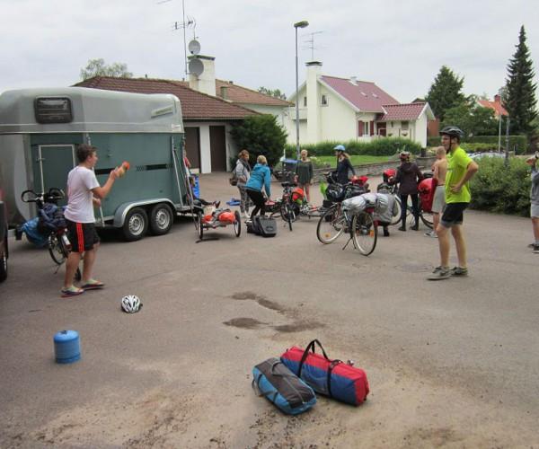 Schwedenfahrt - ein Teil der Gruppe fährt nach dem Regen mit dem Auto