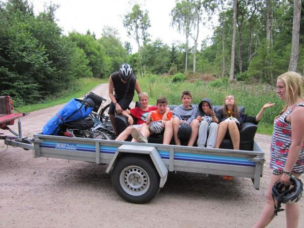 Schwedenfahrt - freundliche Schweden fahren die Gruppe zum Rastplatz