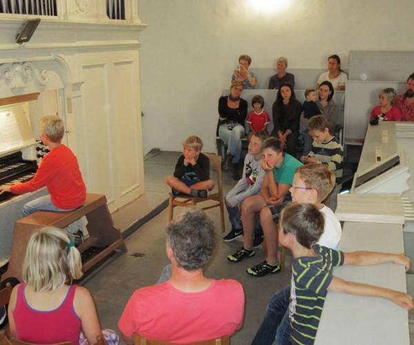 Vorspielen auf der Orgel - Kinderorgeltage in Brück 2014