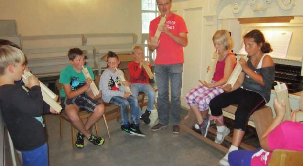 Selbstgebastelte Orgelpfeifen - Kinderorgeltage in Brück 2014