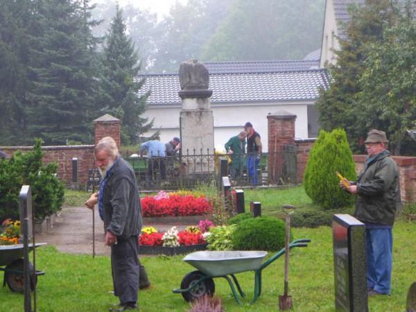 Arbeitseinsatz auf dem Friedhof in Gömnigk 2014