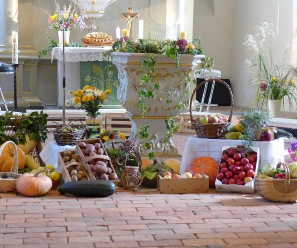 Erntedank in Brück 2014: Erntegaben und Brot auf dem Altar