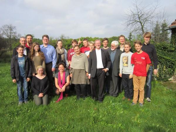 Erinnerungsfoto von Jugendlichen und Kirchenleitunsdelegation