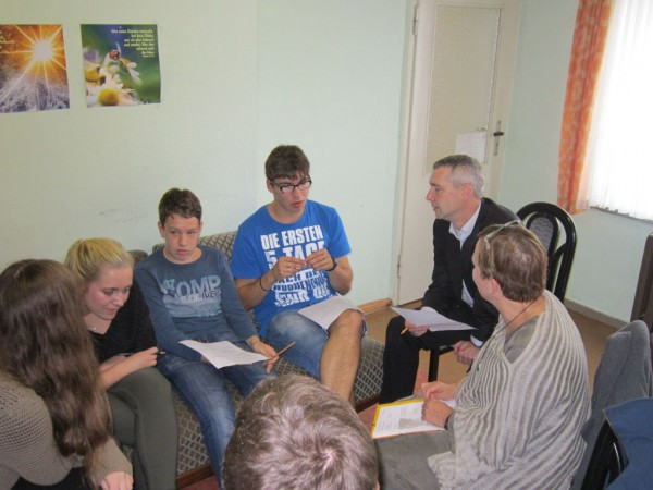 Generalsuperintendentin Ulrike Trautwein im Gespräch mit Jugendlichen