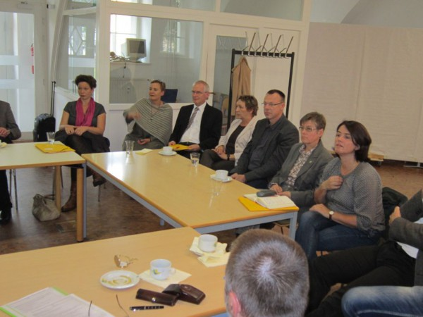 Kirchenleitungsmitglieder bei der Auswertung in Lehnin