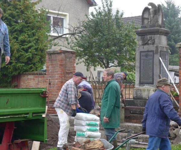 Kriegerdenkmal Gömnigk wird gepflegt