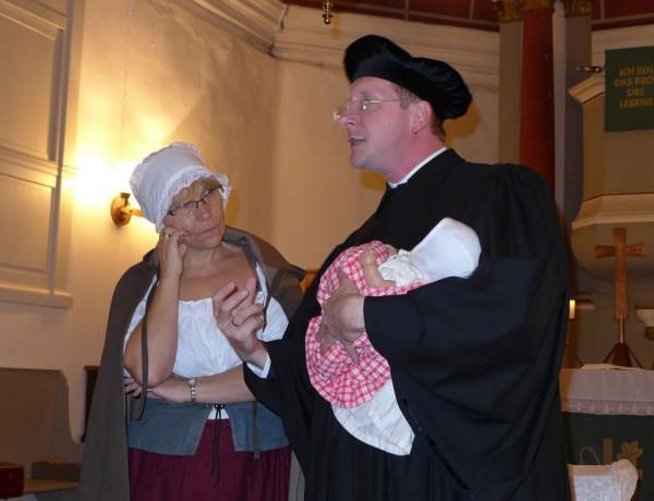 Lutherfest Neuendorf - Luther erklärt Käthe wie ein Kind zu wiegen ist
