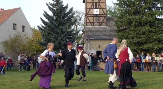 Lutherfest Neuendorf - Tanz vor der Kirche