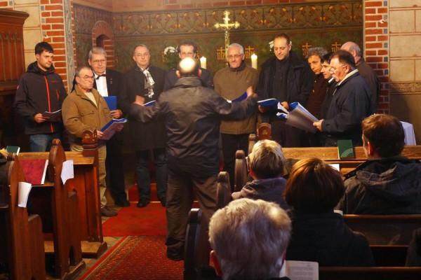 Der Trebitzer Männerchor Harmonia singt unter dem Kreuz.