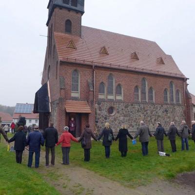 Die Gemeinde umarmt die Trebitzer Kirche