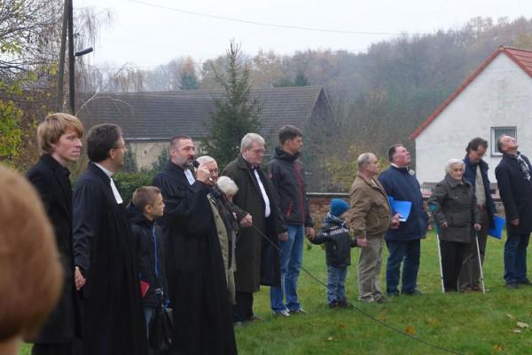 Die Gemeinde umarmt ihre Kirche - Superintendent Wisch spricht den Segen
