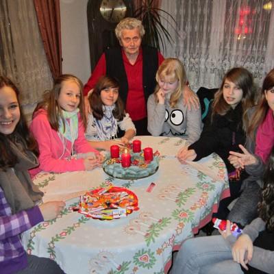 Jugendliche gehen zu Alten und Kranken und singen Adventslieder.