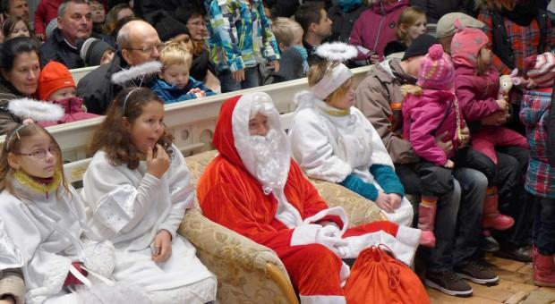 Konzert zum Adventsmarkt: der echte Weihnachtsmann mit seinen Engeln