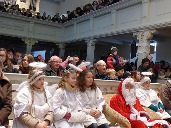 Volle Lambertuskirche beim Konzert mit dem Original Weihnachtsmann und Engeln