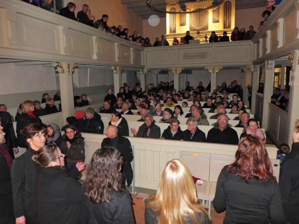 Der Gospelchor geht singend durch die Reihen