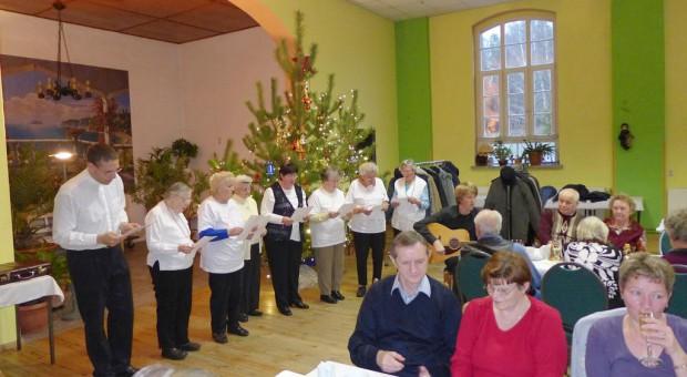 Neuendorfer Adventschor singt mit den Neuendorfern