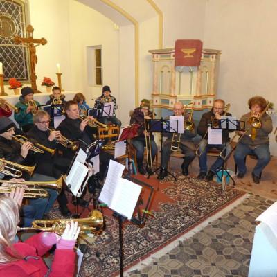 Großer Posaunenchor mit Jungbläsern beim Adventskonzert in Gömnigk