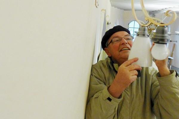 Neue Lampenschirme für die Lambertuskirche - Herr Aufschlager probiert sie aus