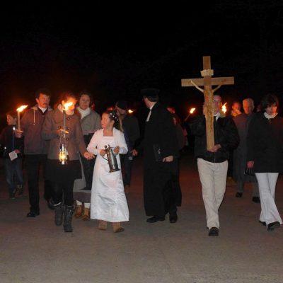 Osternacht in Trebitz 2015: Das Ostertaufwasser wird zur Kirche getragen