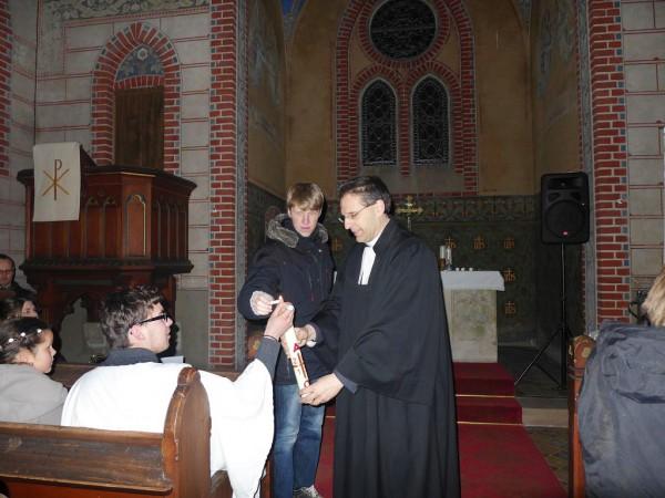 Osternacht in Trebitz 2015: Osterkerze wird entzündet