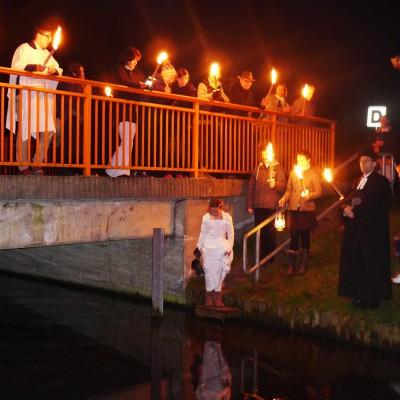 Osternacht in Trebitz 2015: Täufling schöpft das Taufwasser aus der Plane