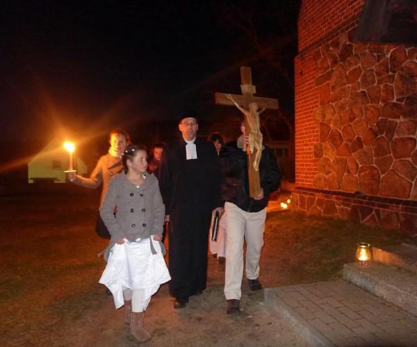 Osternacht in Trebitz 2015: Prozession zur Kirche