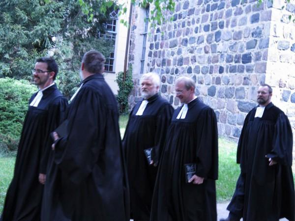 Pfarrer Mews mit seinem Vorgänger Pfarrer Kuhnt, Superintendent Wisch, Pfarrer Geissler und Pfarrer Baier
