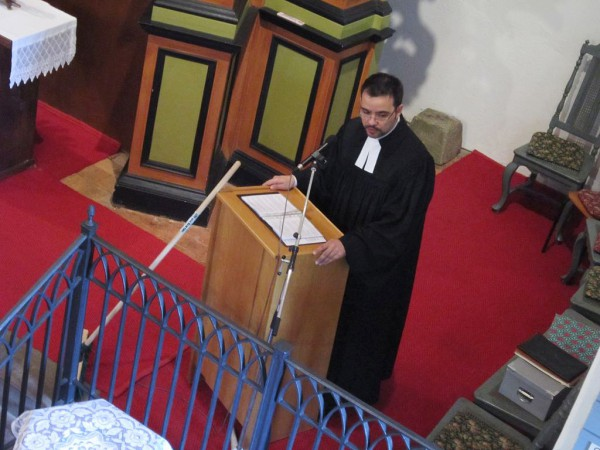 Pfarrer Sebastian Mews beim Predigen
