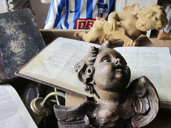 Christliche Kunst in den Häusern (Hertha BSC-Trikot gehört nicht dazu)