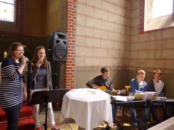Jugendband im Gottesdienst - Gemeindefest 2015
