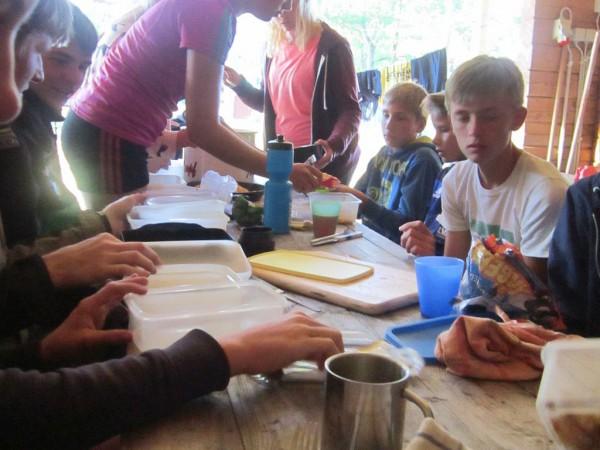 Schwedenfahrradfahrt 2015 - gerechte Essensverteilung