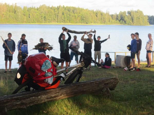 Schwedenfahrradfahrt 2015 - Holz sammeln für das Feuer