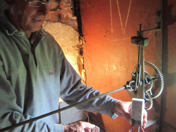 Herr Lehmann zeigt kaputtes Beleuchtungsteil von der Turmuhr