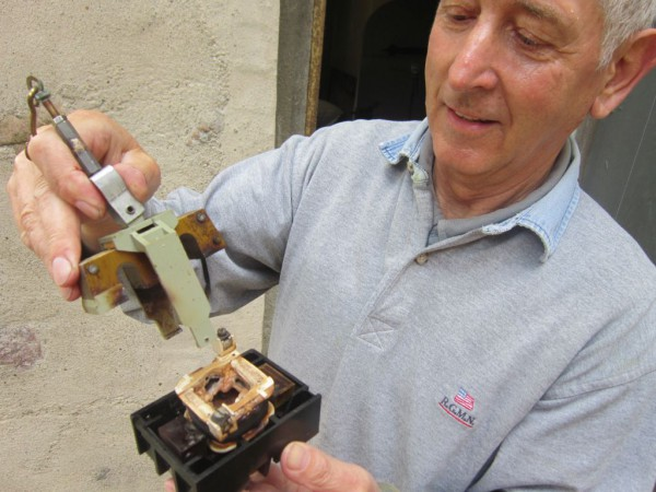 verschmortes Zugrelaisteil der Turmuhr in der Hand von Herrn Lehmann