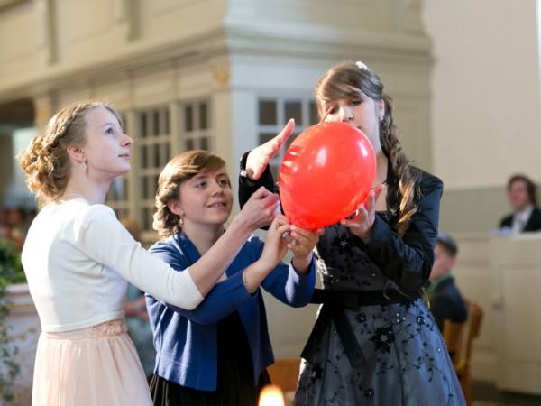 Kreative Luftballonpredigt - Konfirmanden im Evangelischen Pfarrbereich Brück