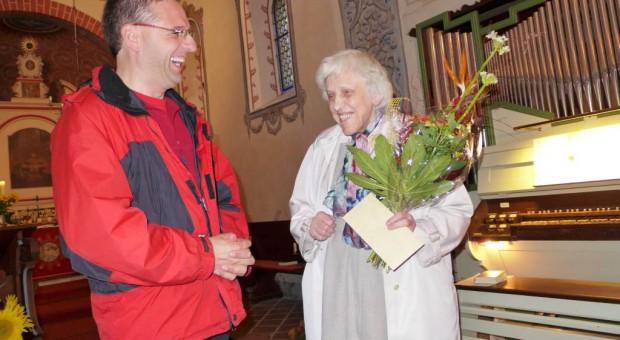 Pfarrer Kautz gratuliert. Im Hintergrund eine von Frau Gleininger organisierte Orgel.
