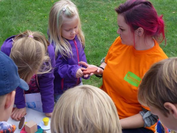 Basteln mit Ton - Christliche Kita Hasenbande feiert 5. Geburtstag