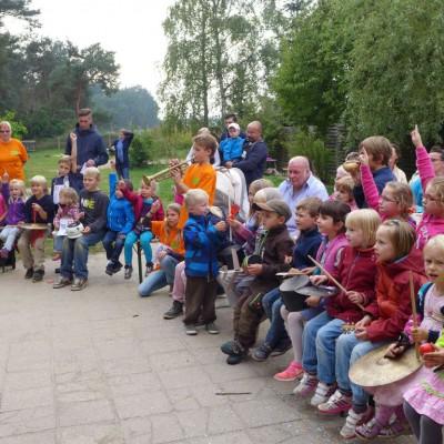 Gemeinsame Musik - Christliche Kita Hasenbande feiert 5. Geburtstag