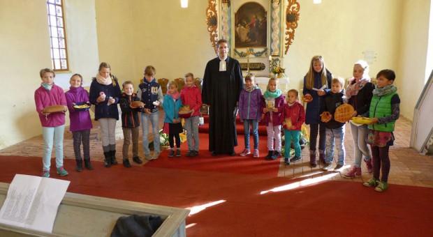Kinder der Christenlehre beim Erntedankgottesdienst in Linthe